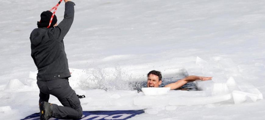Insolite - Cet homme nage 80m sous la glace et bat un record du monde ! (vidéo)